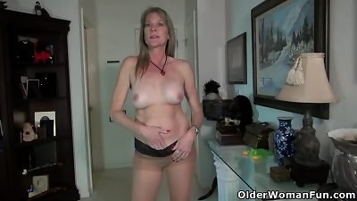 USA Mom-I-would-Like-to-Fuck Eva Griffin lets you enjoy her nyloned cunny