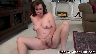 USA milf Sonnic lets her fingers work their magic